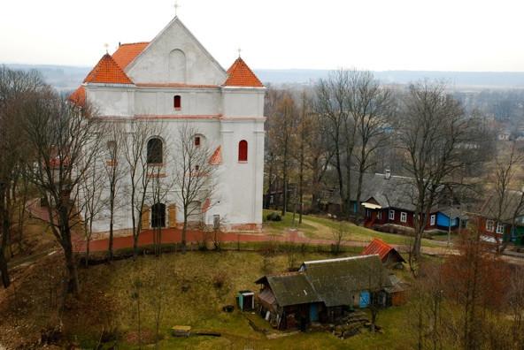 Naugarduko bažnyčia nuo pilies kalno. R. Kamuntavičiaus nuotrauka