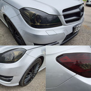 Film à feux foncé sur cette Mercedes cla