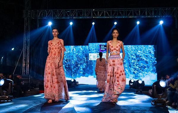 new-delhi-india-november-young-female-model-walks-runway-new-designer-ethnic-clothes-fashi
