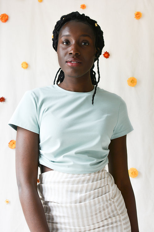 t-shirt-vert-clair-porte-par-une-femme