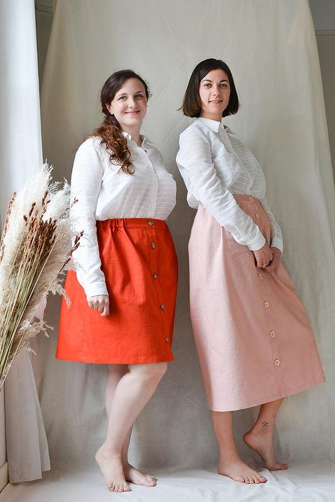 deux-femmes-portent-une-chemise-et-une-jupe