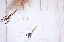 patron-de-couture-sur-la-table-avec-les-sciseaux