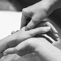 Le shiatsu utilise la pression des mains et des doigts pour effctuer le massage.