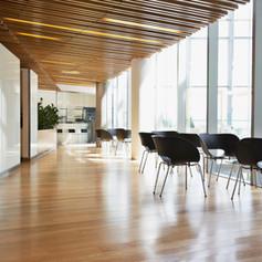 Lobby con piano in legno