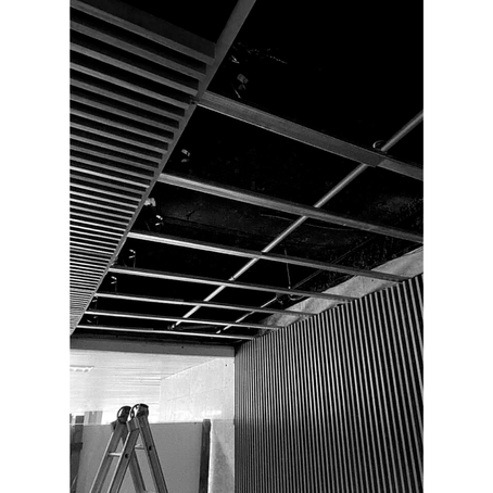Montagem do Painel Acústico Ripado 15/25 em foyer de acesso da sede da ANELL