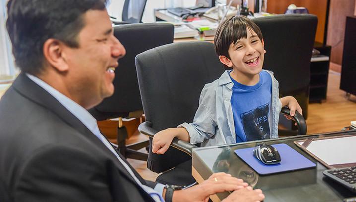 Garoto de 7 anos escreve livros bilíngues, cria jogo eletrônico e é premiado pela Nasa