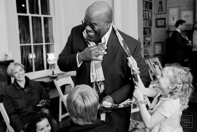 wedding guest pays with children durring reception