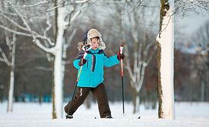 Junger Junge auf Ski