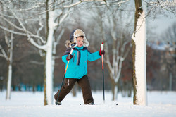 Jeune garçon sur skis