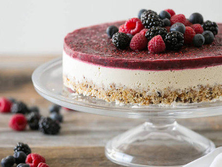 Cheesecake vegana e crudista alla vaniglia con frutti di bosco senza lattosio e senza glutine