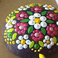 exemple-de-galet-peint-a-motifs-floraux-