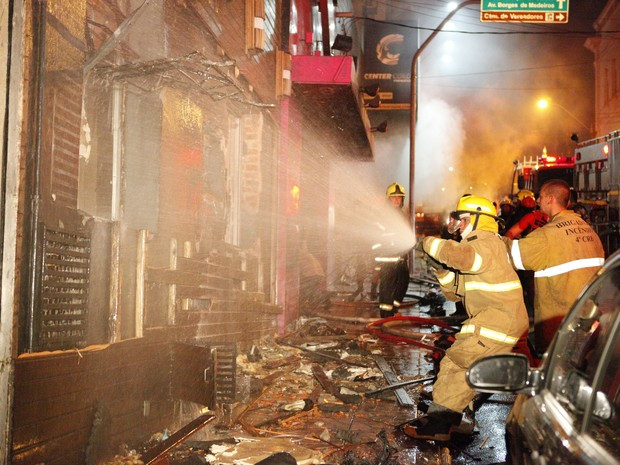 Bombeiros apagando incêndio na Boate Kiss em janeiro de 2013