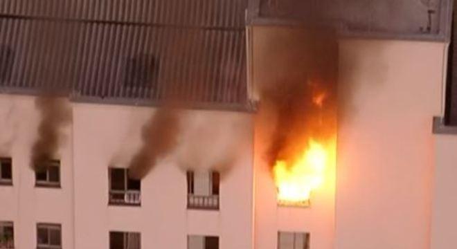 Incêndio atinge último andar do edifício residencial no bairro do Bom Retiro em São Paulo no dia 10/09/20
