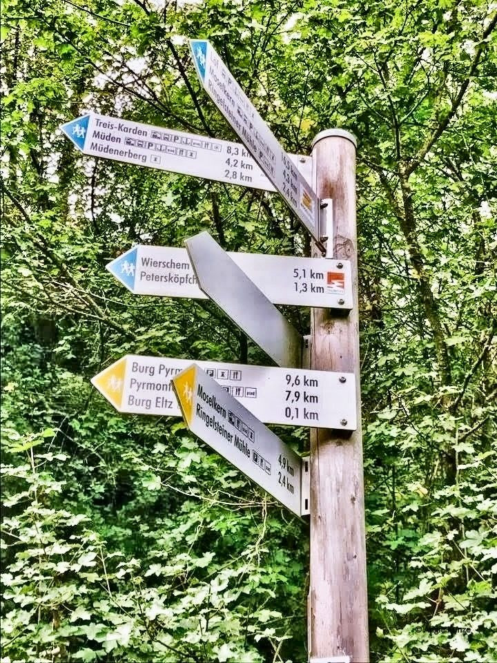 direction sing on walking trail from Moselkern to Berg Eltz castle, Eltz Forest Germany