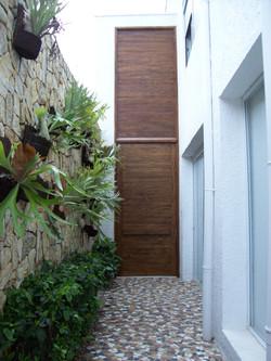 Porta com painel em madeira de demolição
