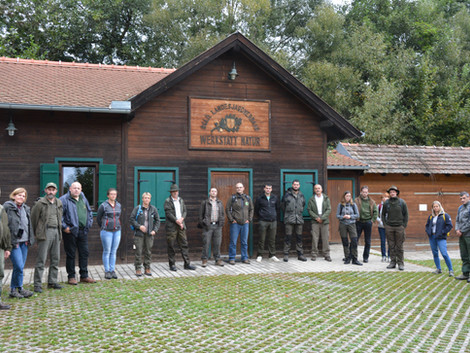Gozdni in lovski pedagogi smo se zbrali   na ogledu avstrijskega lovsko izobraževalnega centra Werks
