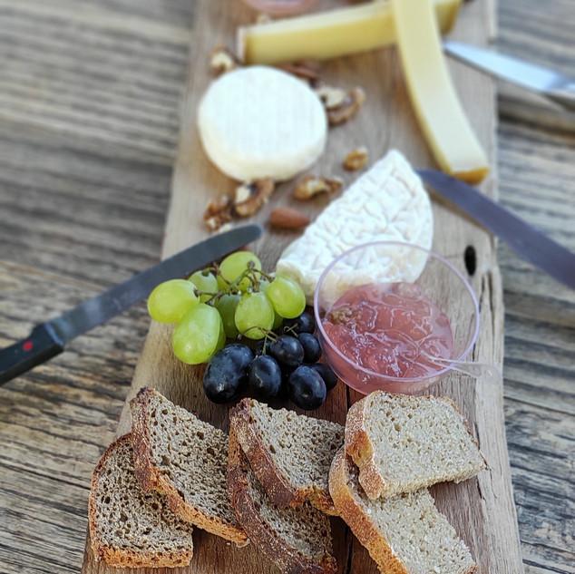 plateau de fromages et sa gelée de rose