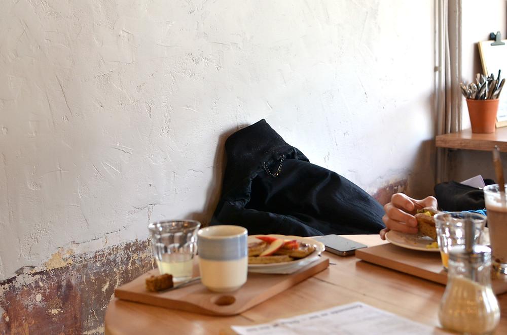 Pour petit-dejeuner tranquillement en fonction des produits du jour.   Pour la déco' nature, pour un repère tranquille. Pour occuper ses matinées (ouvert à 7h30!),   Pour le rendez-vousdu dimanche.