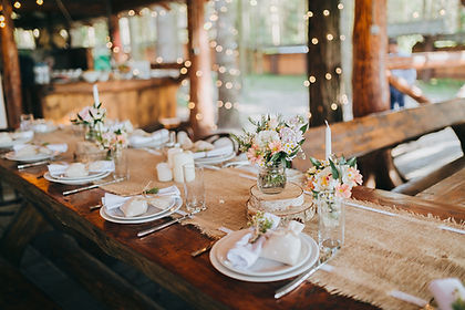 organisatur-mariage-champetre-barnum-lampion-soiree-location-traiteur-photographe-fleurs-cente-table-guirlande-dressage-bois