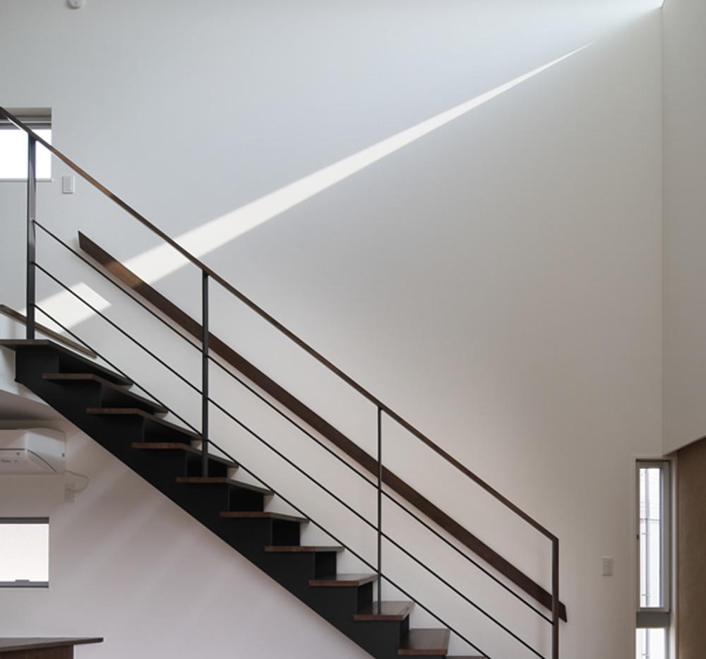 17_リビングから階段を見る.jpg