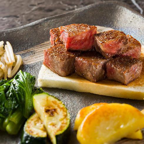 目の前で焼き上げる鉄板焼きステーキをお楽しみください!