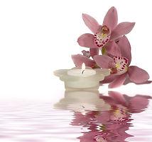 Ruhige Kerze und Blumen