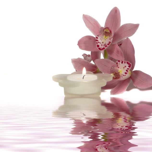 Fleurs et bougie paisible