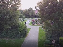 Spaziergänger_Friedhof.jpg