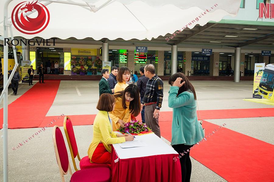Hệ thống bàn ghế lễ tân được bố trí ở khu vực riêng - Công ty sự kiện Rồng Việt