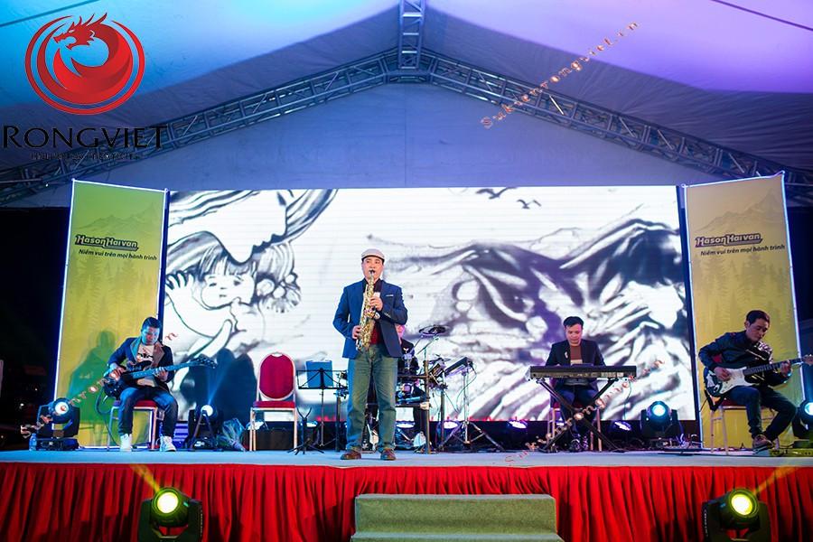 Ban nhạc cùng ca sĩ khách mời tham gia biểu diễn tại sự kiện - Công ty sự kiện Rồng Việt
