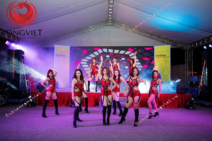 Nhóm nhảy hiện đại do công ty Rồng Việt cung cấp