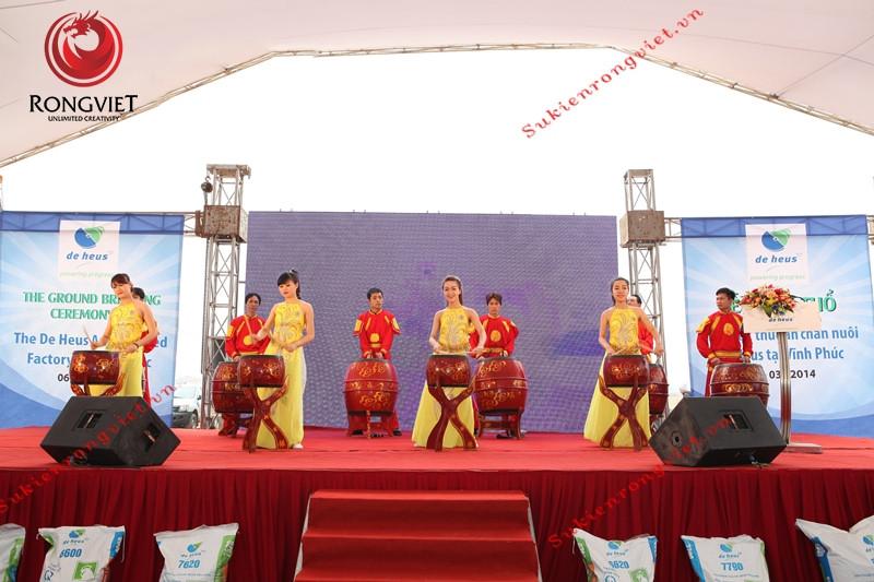 Nhóm múa trống sôi động trong lễ động thổ nhà máy thức ăn chăn nuôi De Heus - Công ty sự kiện Rồng Việt