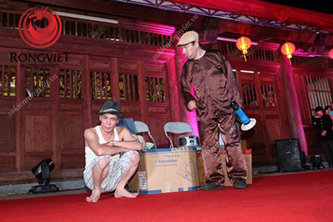 Nghệ sĩ Quang Thắng cùng tiểu phẩm hài trong lễ khánh thành đình làng Ngà - công ty sự kiện Rồng Việt