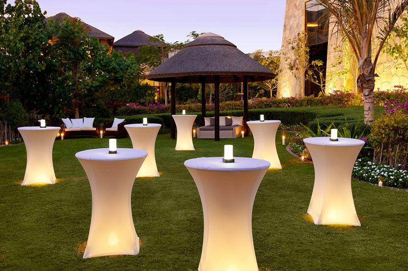 Hệ thống bàn bar LED được setup chuẩn cho bữa tiệc ngoài trời vào buổi tối