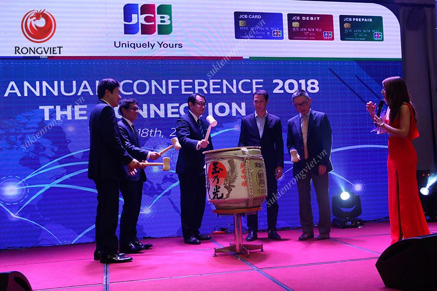 """Các lãnh đạo JCB thực hiện nghi lễ đập rượu sake """"Kagami Biraki"""" khai tiệc - Công ty sự kiện Rồng Việt"""