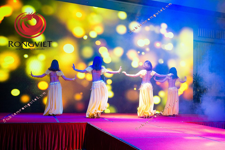 Nhóm nhảy trình diễn tiết mục đặc sắc tại tiệc cuối năm - Công ty sự kiện Rồng Việt