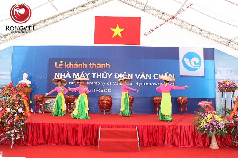 Nhóm múa dân gian trong lễ khánh thành nhà máy thủy điện Văn Chấn - Công ty sự kiện Rồng Việt