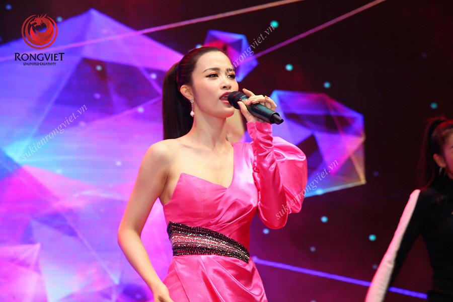 Ca sĩ Đông Nhi khấy động chương trình - Công ty sự kiện Rồng Việt