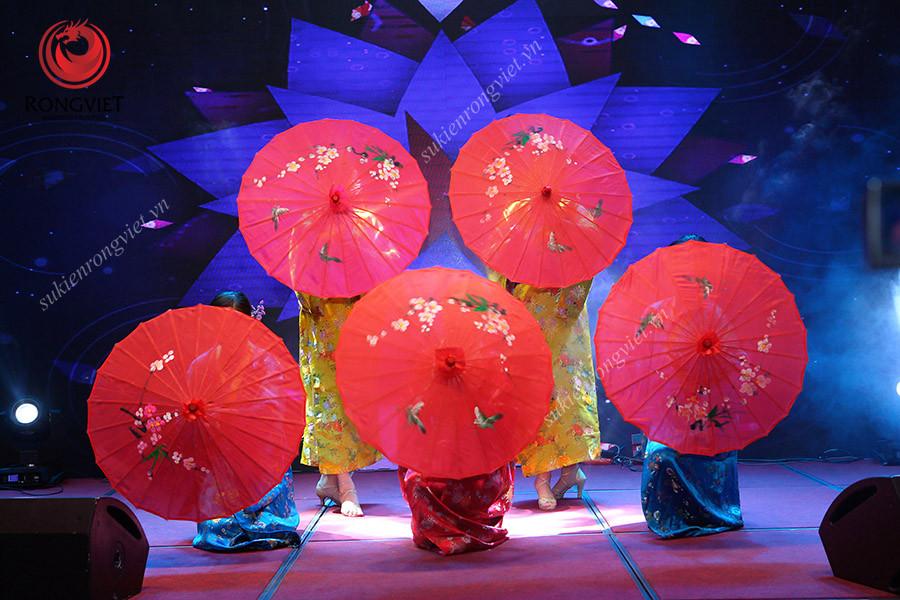 Tiết mục múa ô được các nghệ sĩ biểu diễn giữa chương trình - Công ty sự kiện Rồng Việt