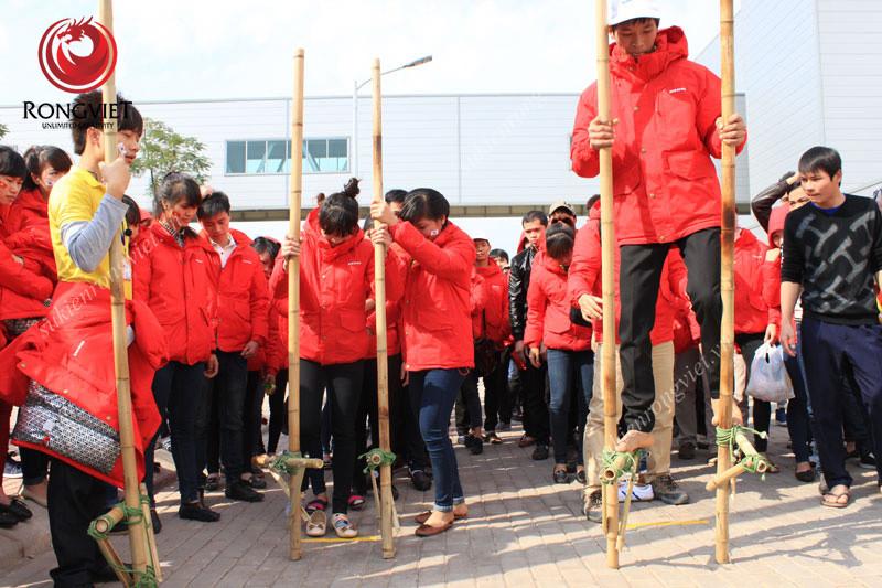 Trò chơi đi cà kheo - Công ty sự kiện Rồng Việt