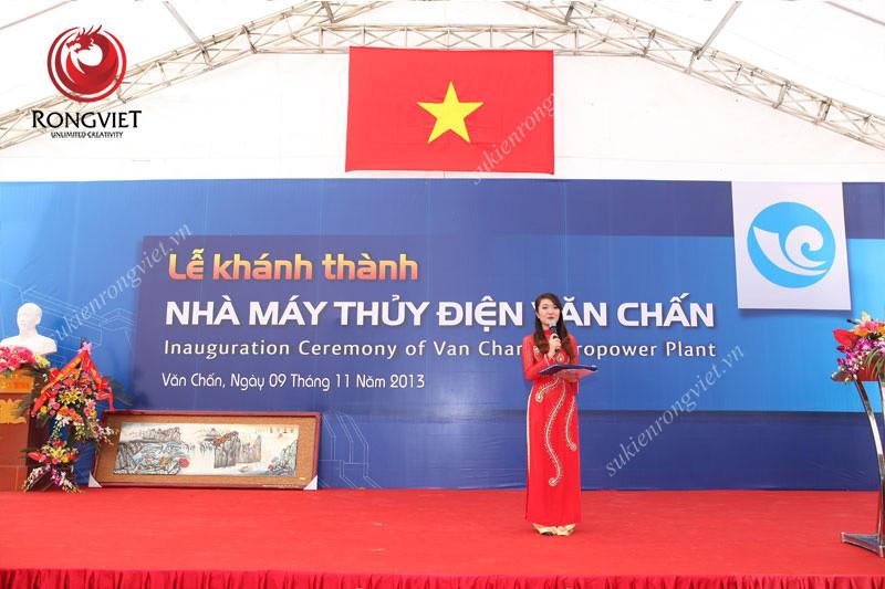 MC dẫn chương trình chuyên nghiệp Vân Anh trong lễ khánh thành nhà máy thủy điện Văn Chấn - Công ty sự kiện Rồng Việt