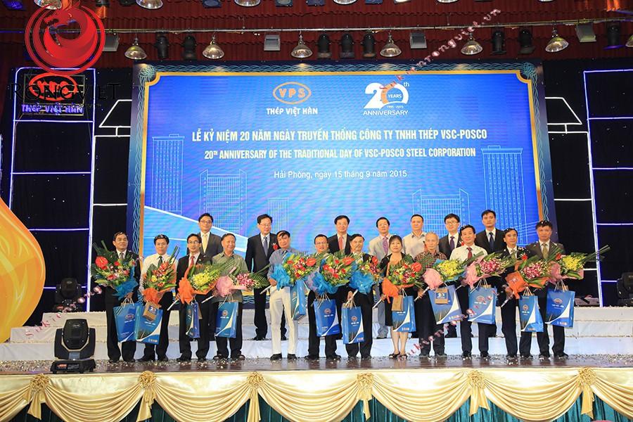Buổi lễ kết thúc long trọng với phần vinh danh những gương mặt tiêu biểu của công ty - Công ty sự kiện Rồng Việt