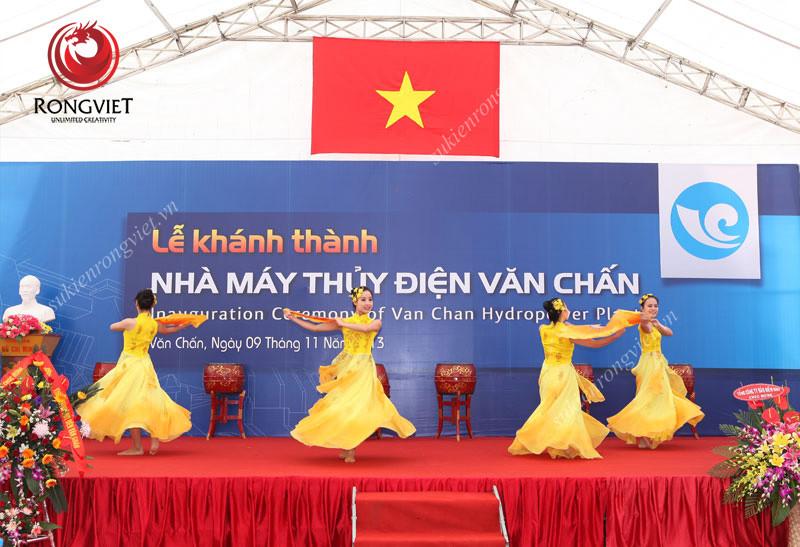 Nhóm múa dân gian trong lễ khánh thành - công ty sự kiện Rồng Việt