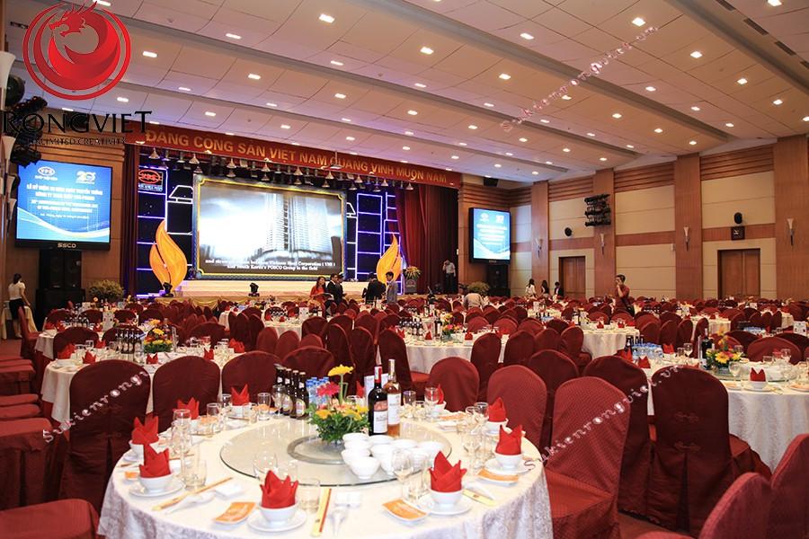 Khu vực bàn tiệc và sân khấu được chuẩn bị kỹ càng trước khi chương trình bắt đầu - Công ty sự kiện Rồng Việt