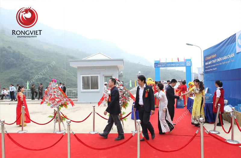Thảm đỏ được trải tại khu vực đón tiếp, booth chụp hình và khu vực sân khấu chính - công  ty sự kiện Rồng Việt