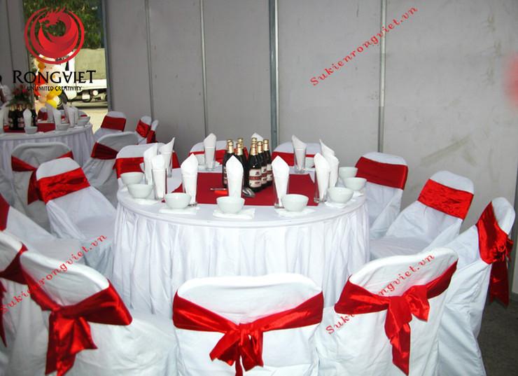 Khu vực khách mời được bố trí bàn tiệc với tông màu đỏ trắng - Công ty sự kiện Rồng Việt