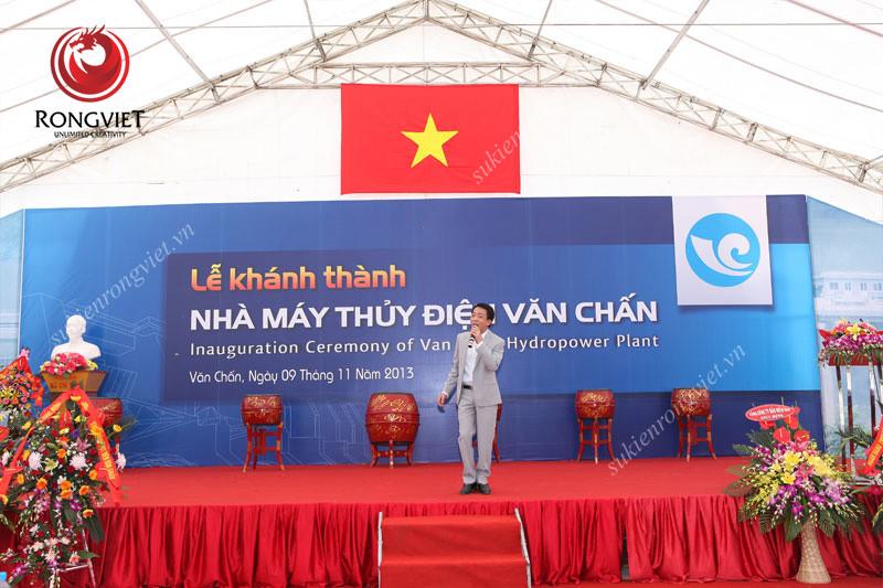 Nam ca sĩ Việt Hoàn tại sự kiện - công ty sự kiện Rồng Việt