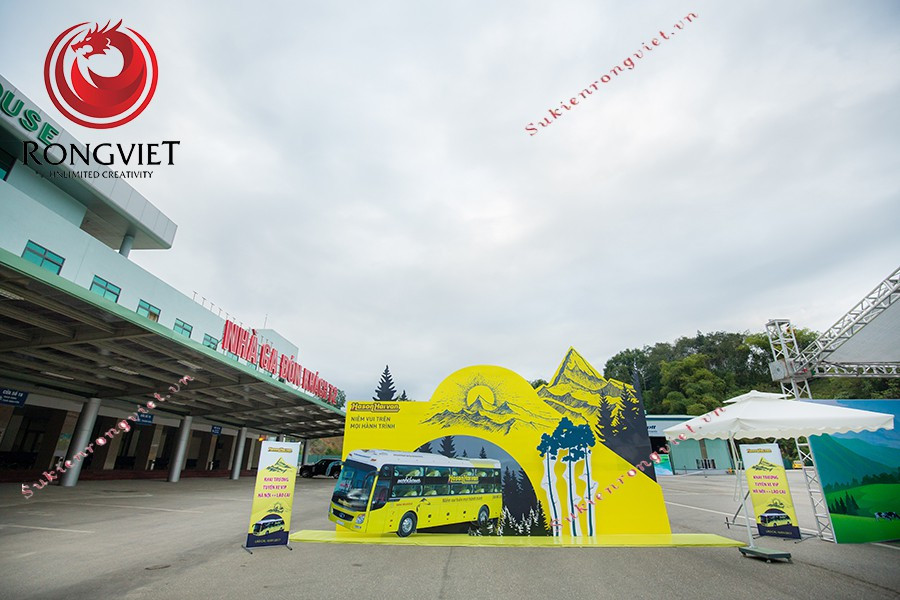Khu vực booth chụp hình được thiết kế nổi bật với tông màu vàng - màu đặc trưng của hãng xe - Công ty sự kiện Rồng Việt