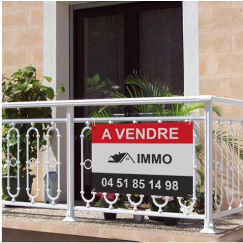 Panneau akilux immobilier sur balcon avec plante verte et barrière blanche