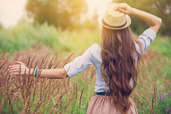 אישה עם כובע למועדון לקוחות.jpg